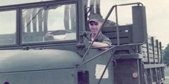 Michael Kuenzle quando era membro do Corpo de Fuzileiros Navais dos EUA, a conduzir um camião.