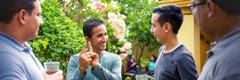 Mario Antúnez bruker honduransk tegnspråk for å kommunisere med tre brødre i sosialt lag.