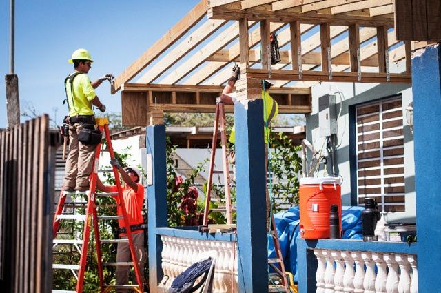 Unos testigos de Jehová reparan una casa en Puerto Rico