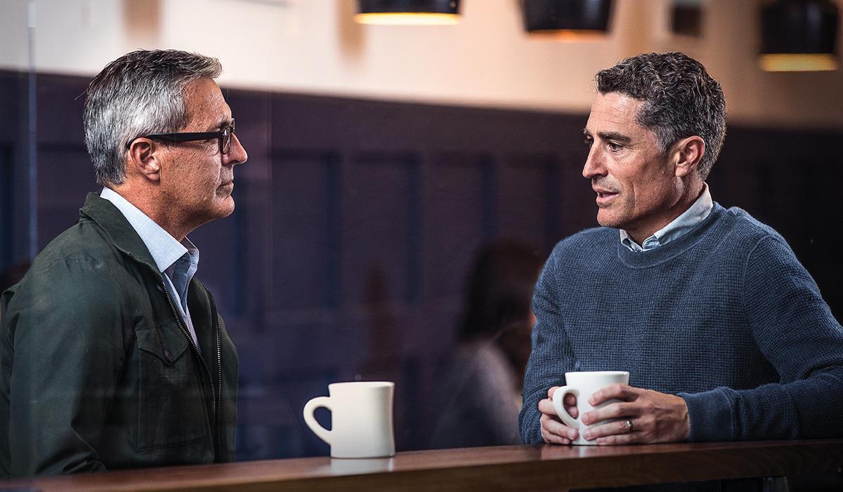 Um homem que está lidando com pensamentos suicidas fala com outro homem