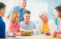 Старија жена разговара са својом породицом о свом неговању
