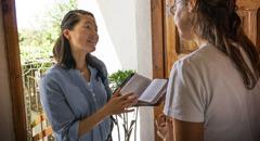 L'Ong-li oferint un curs bíblic a una dona