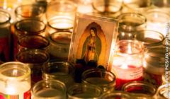 Ein Marienbild umgeben von Kerzen am Tag der Jungfrau von Guadalupe