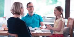 Ein Mädchen freut sich über das gemeinsame Bibelstudium mit ihren Eltern.