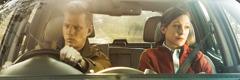 Недовольные муж и жена смотрят в окна автомобиля