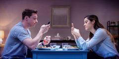Un soț și soția lui iau masa împreună, dar fiecare e absorbit de telefonul lui