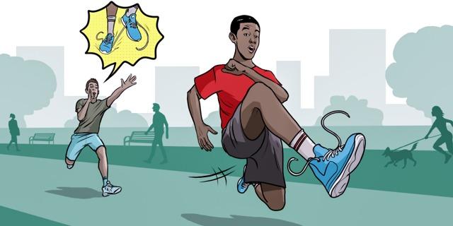 Un joven le advierte a su amigo que el cordón de su zapato está desatado y que se puede caer.