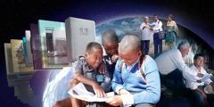 Collage: Aktivitäten von Jehovas Zeugen weltweit. 1. Ein Junge liest zwei Schulkameraden aus einer Publikation vor. 2. Einige gedruckte Publikationen. 3. Ein Paar predigt einem Mann. 4. Ein Bruder zeigt einem Mann etwas in der Bibel.