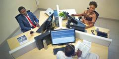 مترجمون يعملون معا على مطبوعة
