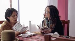 Misjonarka prowadzi studium Biblii.