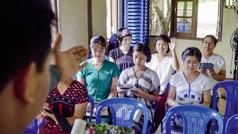 Na zebraniu zborowym misjonarz prosi do odpowiedzi siostrę.