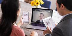 姉妹がビデオ会議システムで会衆の集会に参加している。自分のデバイスでJW Libraryアプリを使っている。