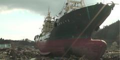 Navio depois de tsunami no Japão