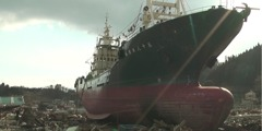 Ein großes Schiff nach dem Tsunami in Japan