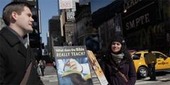 Zwei Zeugen Jehovas neben Trolleys mit Informationen über die Bibel