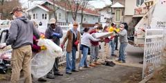 Eine Gruppe von Zeugen Jehovas bei Aufräumarbeiten nach Hurrikan Sandy.