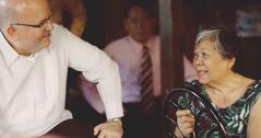 Mark Sanderson, medlem av Jehovas vittnens styrande krets, besöker de drabbade.