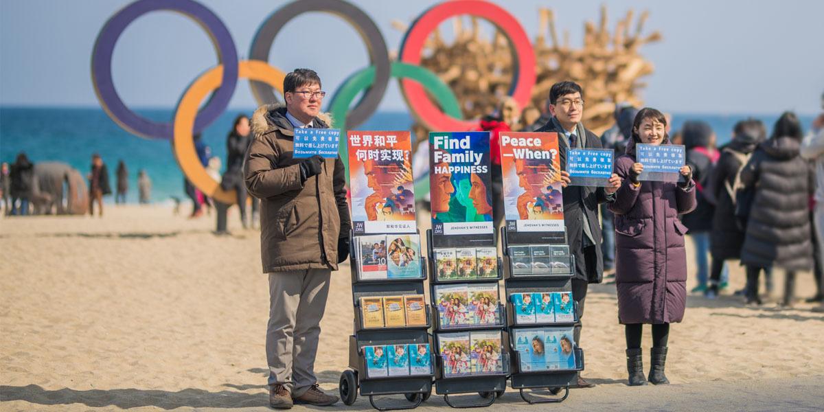 Se Ofrecen Publicaciones Biblicas En Los Juegos Olimpicos Y